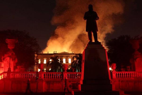 Parte del incendio desatado la noche de ayer. Fotografía: Marcelo Sayao/EFE