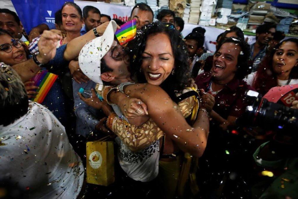 Activistas celebran en las calles de Delhi luego de la decision. Fotografía: Francis Mascarenhas/Reuters