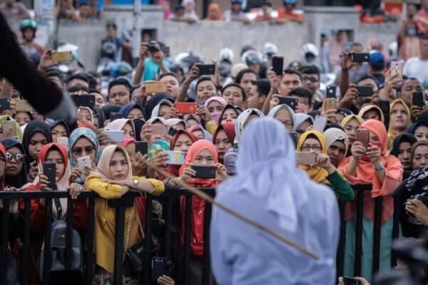 Una mujer azotada a principios de este año por prostitución llora en público durante la ejecución de la sentencia. Imagen:AP