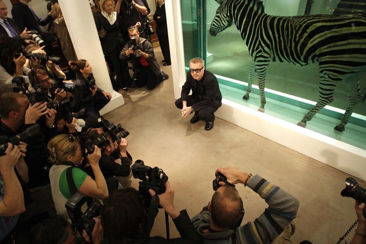 """Damien Hirst con su obra """"The incredible journey"""" en Sotheby's, Londres, 2008. Fotografía: Shuan Curry/AFP/Getty Images"""