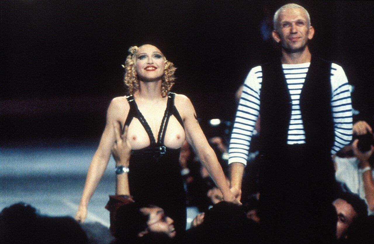 Madonna y Jean-Paul Gaultier en la pasarela del diseñador en 1993. Fotografía: Getty Images/Archivo