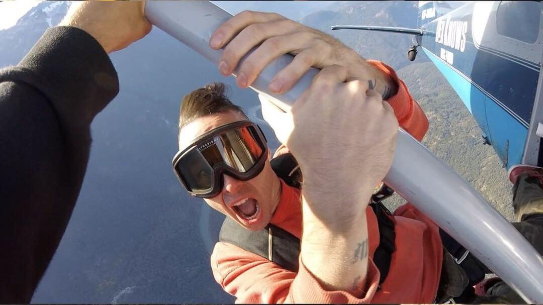El rapero canadiense Jon James falleció al caer de un avión filmando un video musical