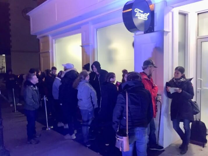 El público espera pacientemente para adquirir el producto. Fotografía:Zach Goudie/CBC