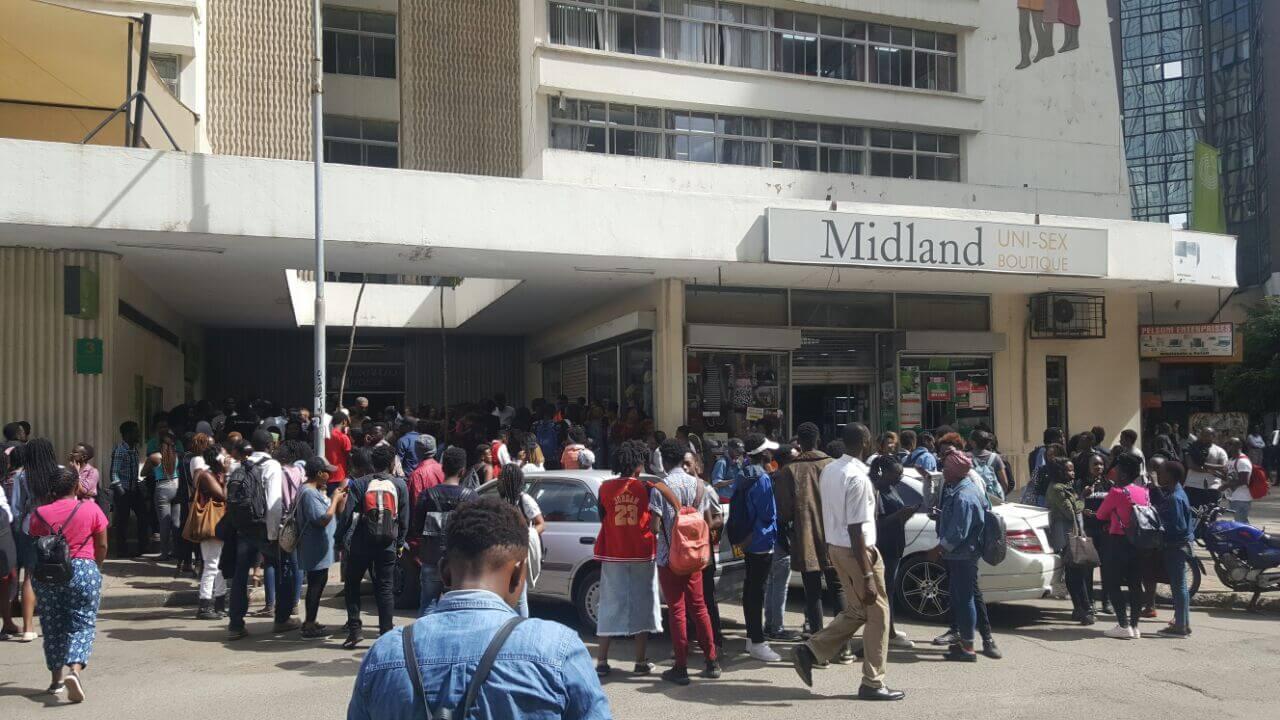 Una de las multitudinarias filas en nairobi para ver la película. Fotografía: PinkNews