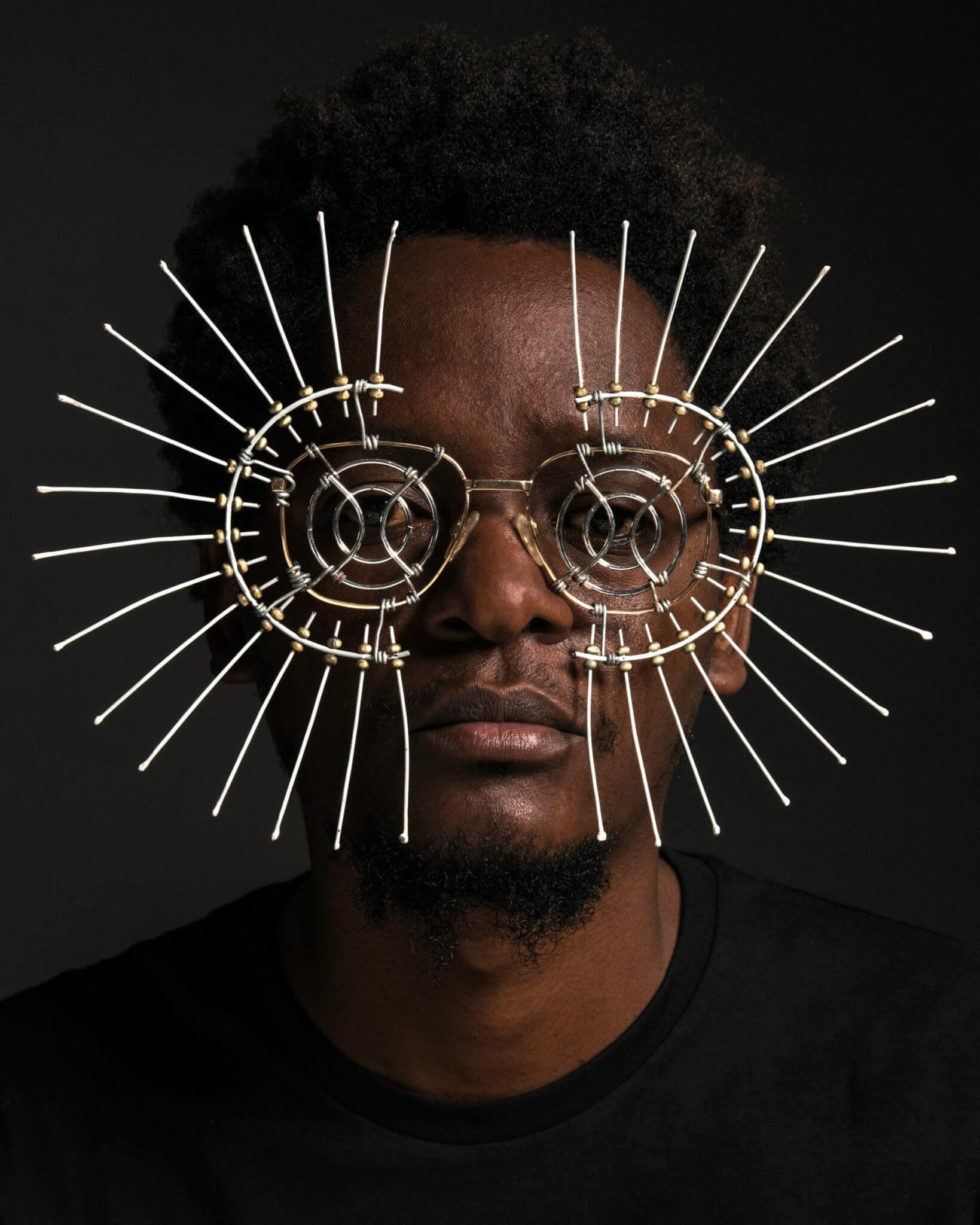 Cyrus Kabiru, el artista visual que transforma la basura de Nairobi en impactantes piezas avant-garde