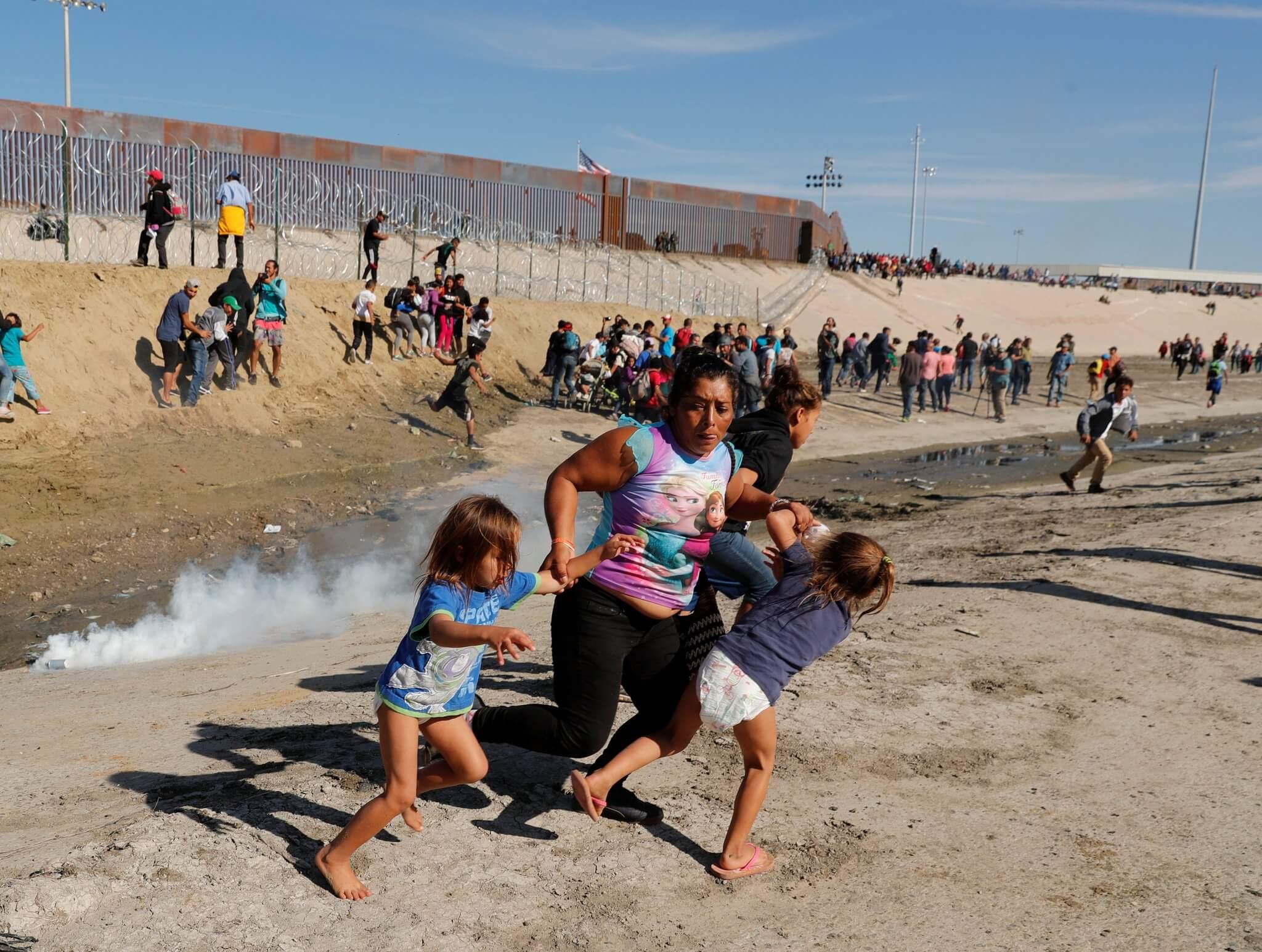 México deportará a 500 inmigrantes de la caravana luego de un enfrentamiento con bombas lacrimógenas en la frontera