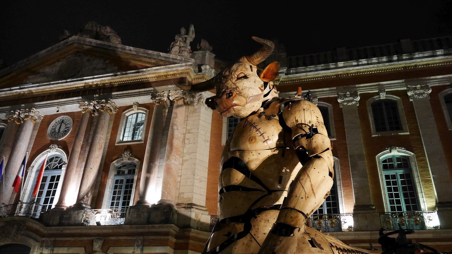Este minotauro mecánico de 15 metros se paseó por Francia en una ópera urbana cyberpunk