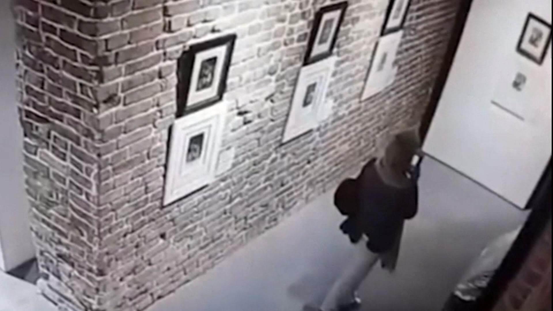 VIDEO: Por culpa de una selfie, un grupo de mujeres arruinaron obras de Dalí y Goya