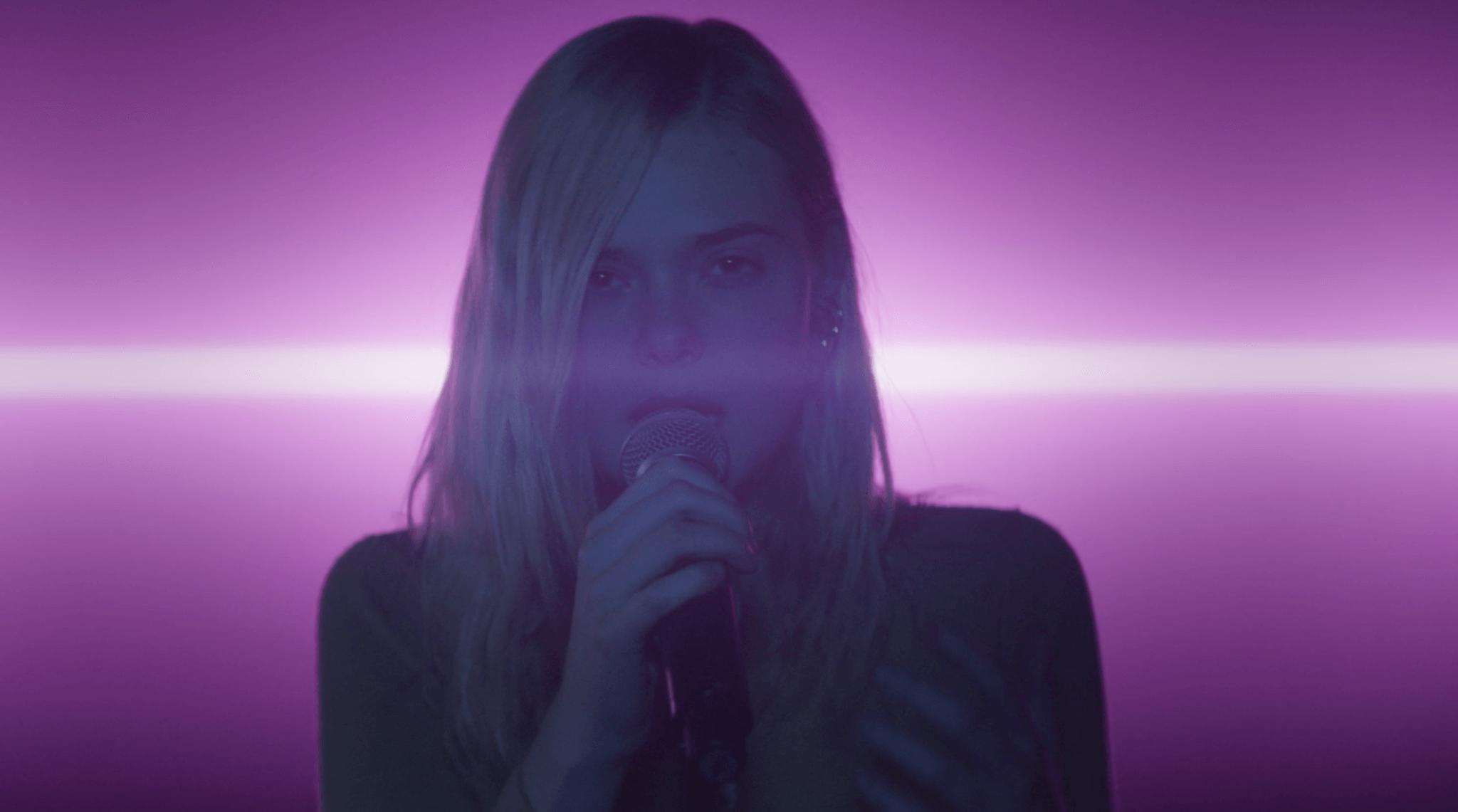 """El trailer de """"Teen Spirit"""" muestra a Elle Fanning haciendo un cover de Robyn como una pop star"""