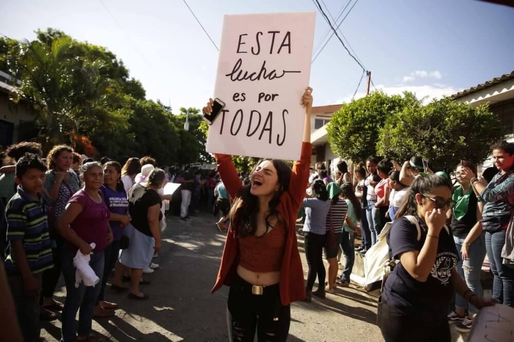 Activistas a las afueras del tribunal pidiendo justicia para Imelda Cortez. Imagen: El Periódico