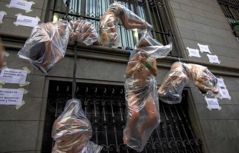 Las mujeres desnudas envueltas en plástico que reclamaron justicia por Lucía Pérez en Buenos Aires
