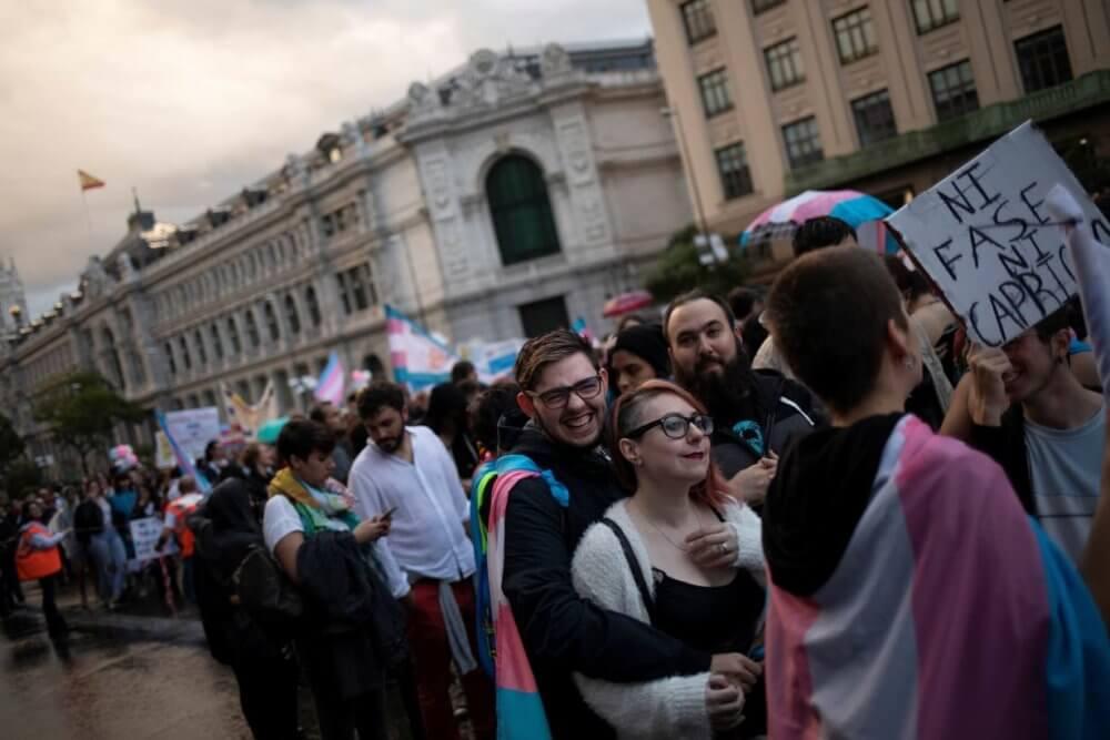 Gabriel y su novia en una manifestación pro-trans en Madrid. Imagen: Susana Vera/Reuters