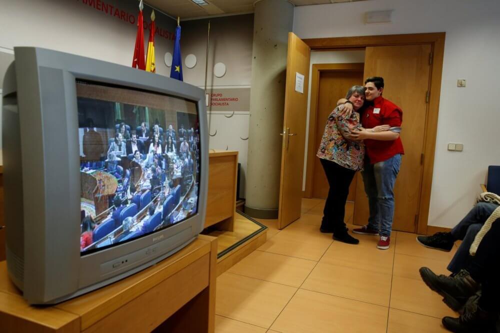 Gabriel y su madre celebran después de que el parlamento madrileño aprueba una ley que facilita a los trans menores de edad su transición. Imagen: Susana Vera/Reuters