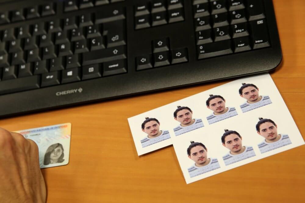 La nueva foto en los documentos de identidad de Gabriel. Imagen: Susana Vera/Reuters