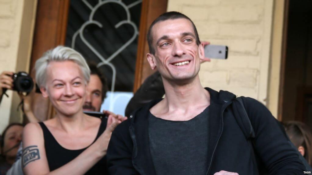 Petr Pavlensky y Oksana Shalygina, en libertad luego de prender fuego al Banco de Francia