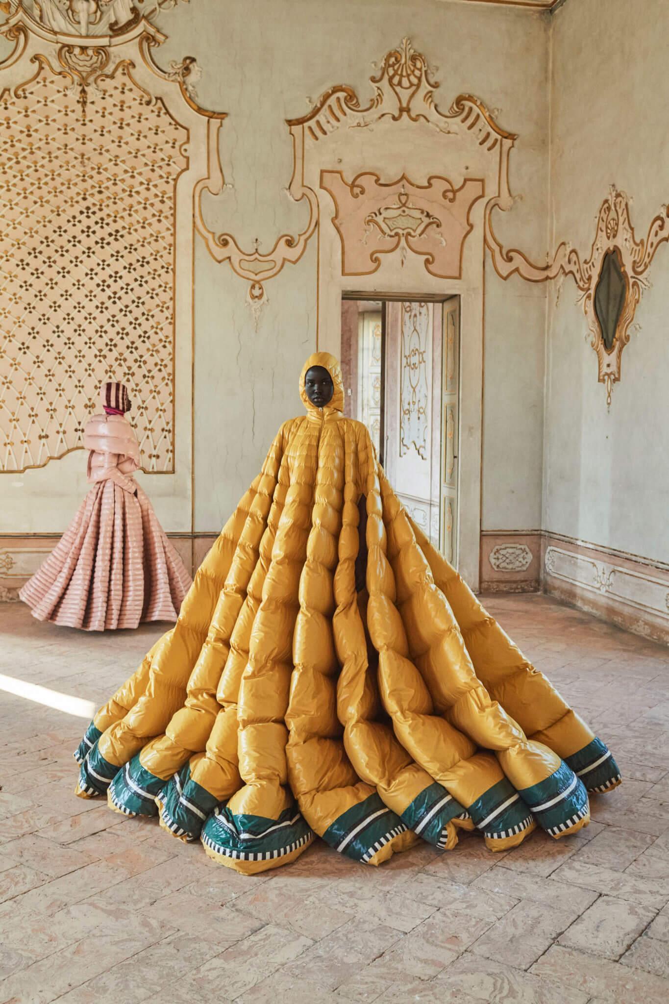 Moncler reinventa la chaqueta puffer con un desfile épico en la Milan Fashion Week