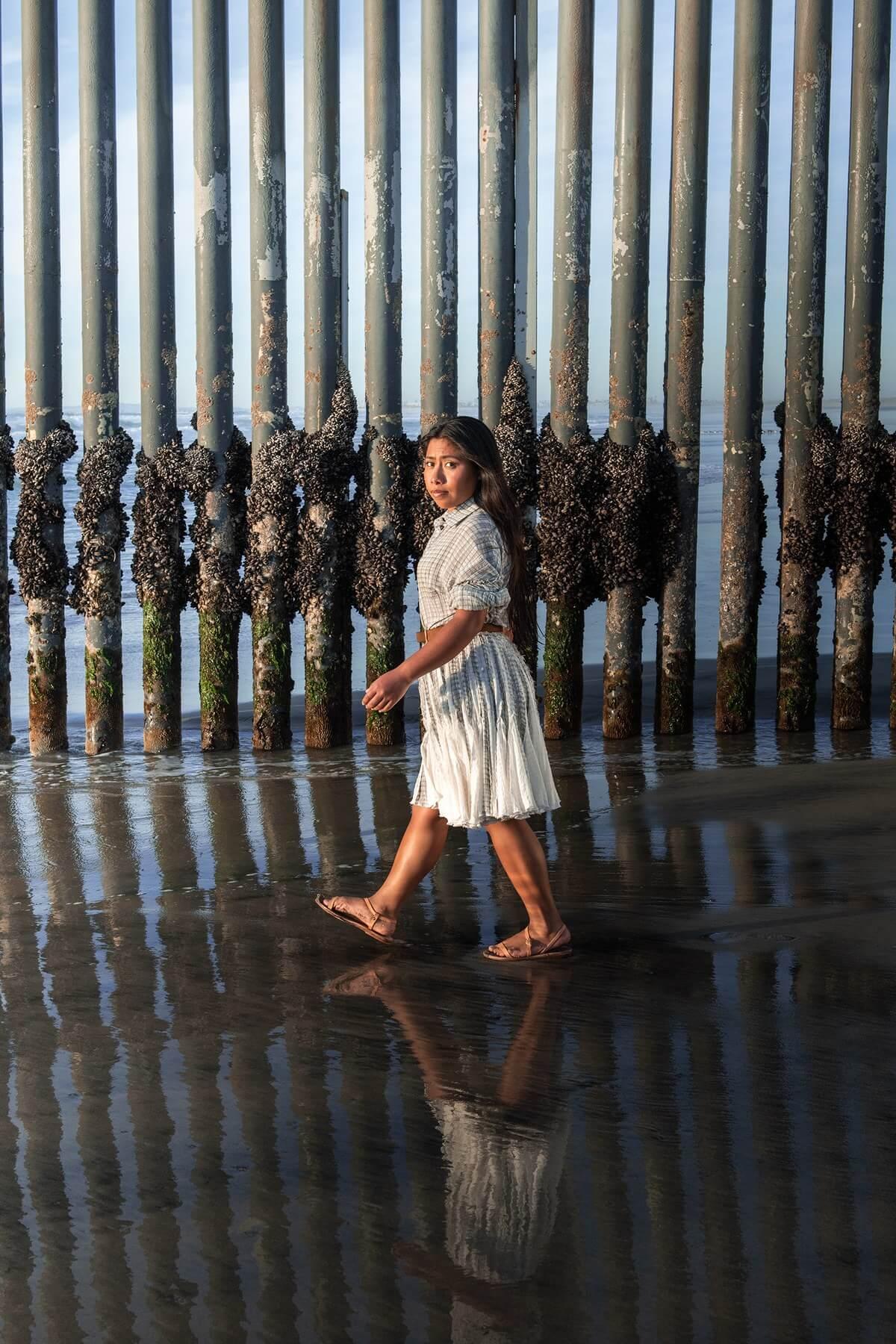 Yalitza Aparicio protagoniza una desafiante sesión de fotos junto al muro de la frontera entre México y EE.UU.