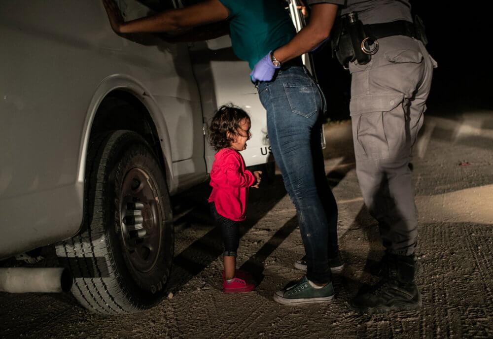 """John Moore, """"Crying Girl on the Border"""" (2018): La niña hondureña Yanela Sanchez llora cuando ella y su madre, Sandra Sanchez, son detenidas por funcionarios de la frontera de Estados Unidos en McAllen, Texas, EE. UU. Imagen: © John Moore, Getty Images"""