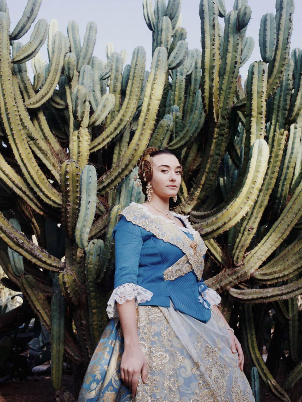 """Luisa Dörr, """"Falleras"""" (2018): Como los vestidos de fallera son muy caros, María Fernández compró una de segunda mano y lo personalizó. Imagen: © Luisa Dörr"""