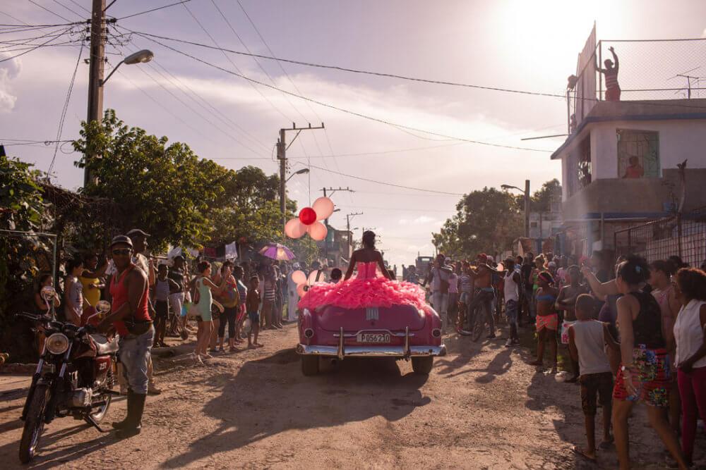 """Diana Markosian, """"The Cubanitas"""" (2018): Pura se pasea por su vecindario en un convertible rosado de los años 50, mientras la comunidad se reúne para celebrar su cumpleaños número 15, en La Habana, Cuba. Imagen: © Diana Markosian, Magnum Photos"""