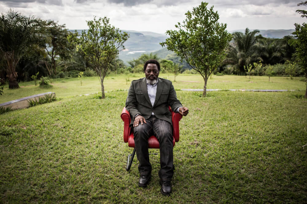 """John Wessels, """"Una lucha por la democracia"""" (2018): el presidente Kabila se sienta en el jardín de su rancho en Kinshasa, el 10 de diciembre de 2018. Imagen: © John Wessels, Agence France-Presse"""