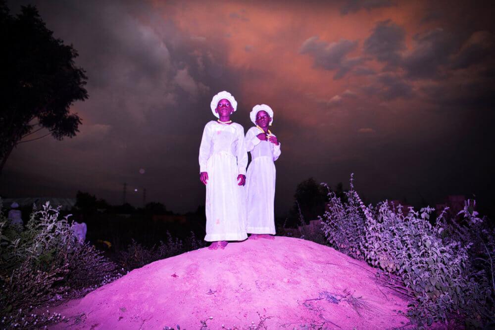 """Bénédicte Kurzen, Noor y Sanne de Wilde, Noor, """"La tierra de Ibeji"""" (2018): Vestidas para la iglesia, Kehinde Deborah y Taiwo Celestine (10) están en una colina cerca de Igbo-Ora, Nigeria. Imagen: © Bénédicte Kurzen, Noor y Sanne de Wilde, Noor"""
