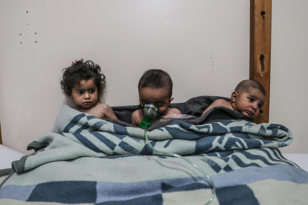"""Mohammed Badra, """"Siria, sin salida"""" (2018): Niños reciben tratamiento luego del presunto ataque con cloro en la aldea de al-Shifunieh, 25 de febrero de 2018. Imagen: © Mohammed Badra, European Pressphoto Agency"""