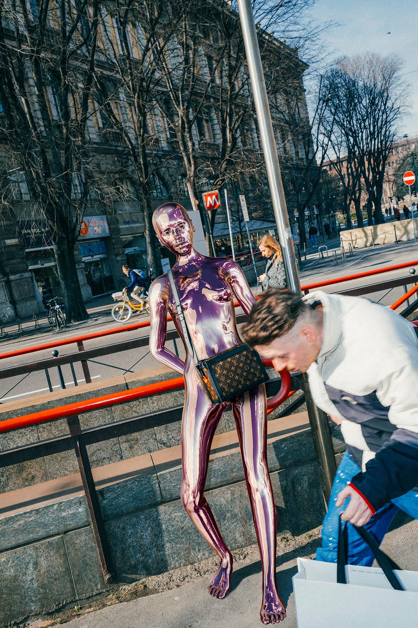 Louis Vuitton lleva humanoides de cromo a Milán en su nueva e impactante campaña