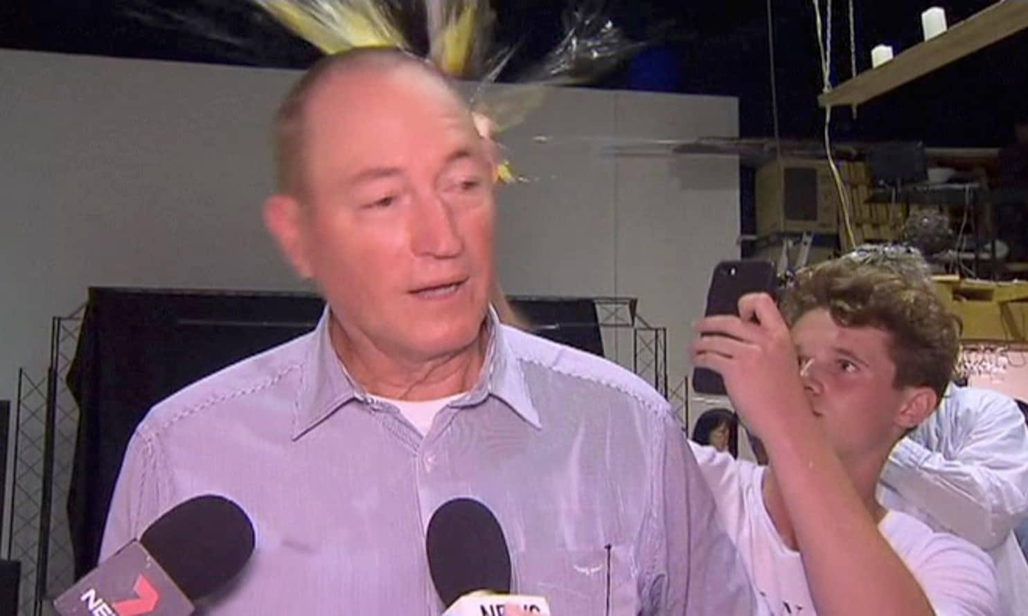 VIDEO: Adolescente golpea con un huevo en la cabeza a senador islamofóbico luego del atentado en Nueva Zelanda