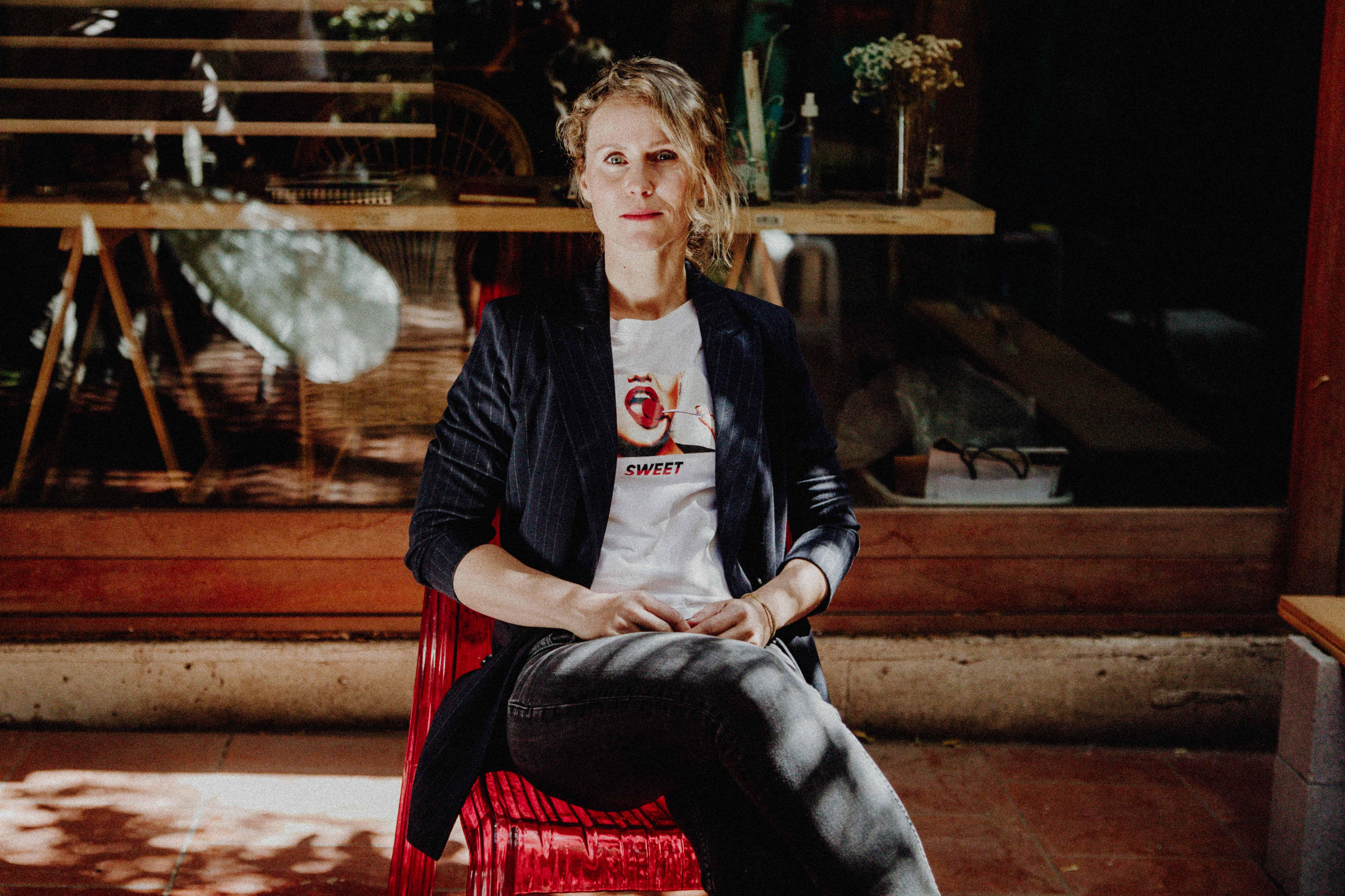 """Q&A con la artista visual Aune Ainson: """"Siempre me han interesado las cosas escondidas detrás de la vida cotidiana"""""""