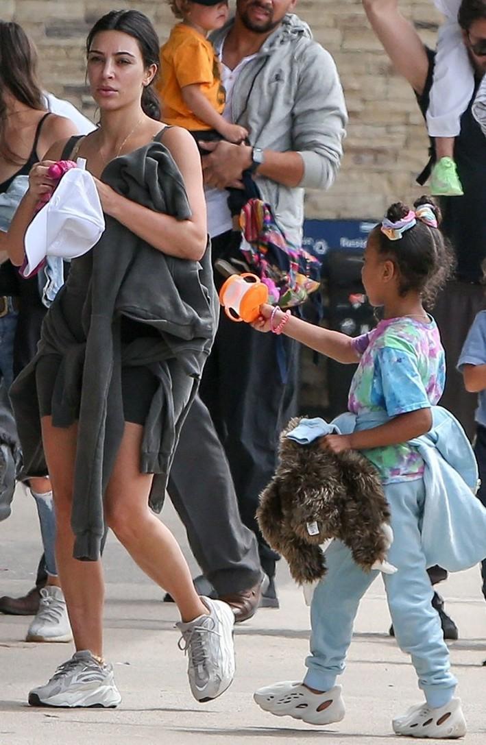 Hija de Kanye West posiblemente usando calzados YEEZY. Foto: High Snobiety