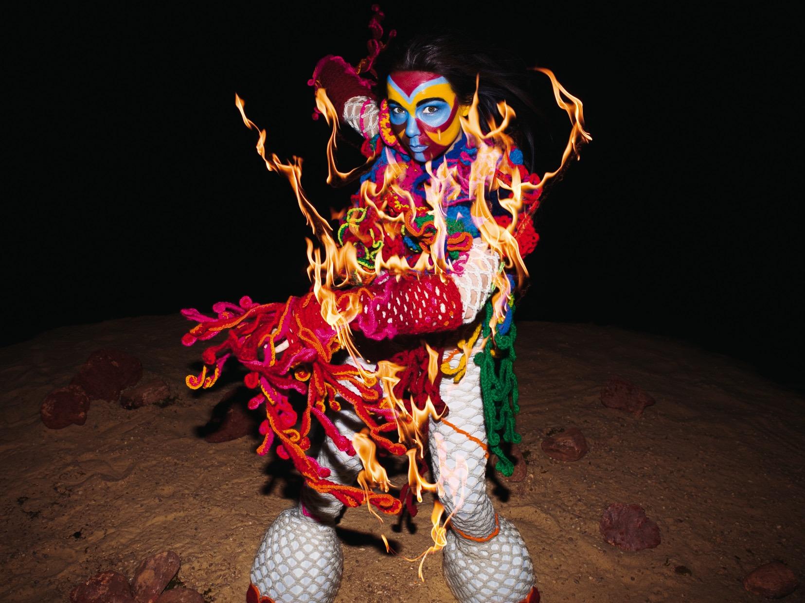 10 looks icónicos de Björk que la convierten en una leyenda de la moda avant-garde