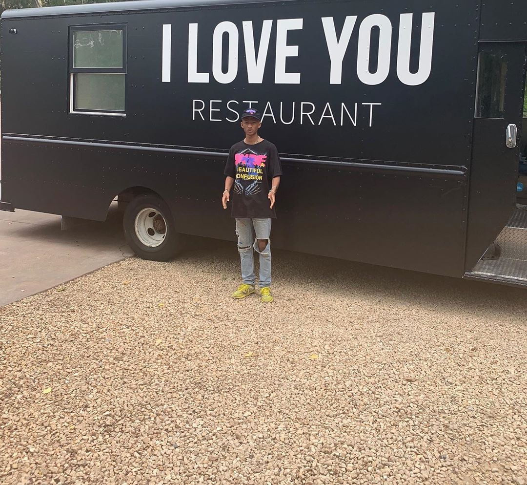 Jaden Smith alimenta a personas sin hogar con un restaurante móvil de comida vegana gratis
