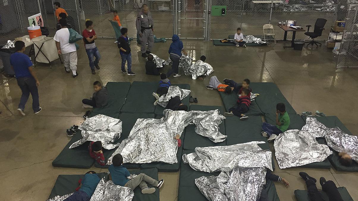 """Trump le dice a los inmigrantes que """"no vengan"""" si no les gustan los centros de detención"""