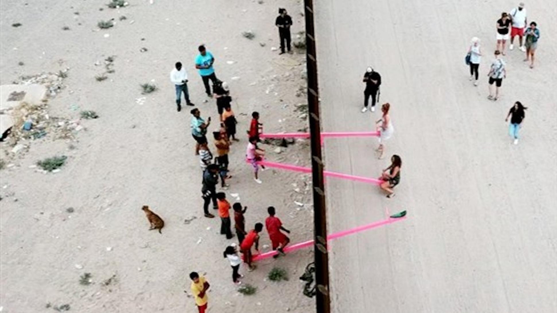 Este balancín en la frontera de Estados Unidos y México une a dos comunidades y desafía el muro de Trump