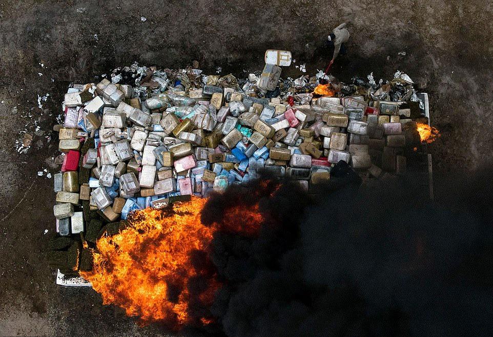 Así se ven 26 toneladas de drogas incineradas por la policía mexicana