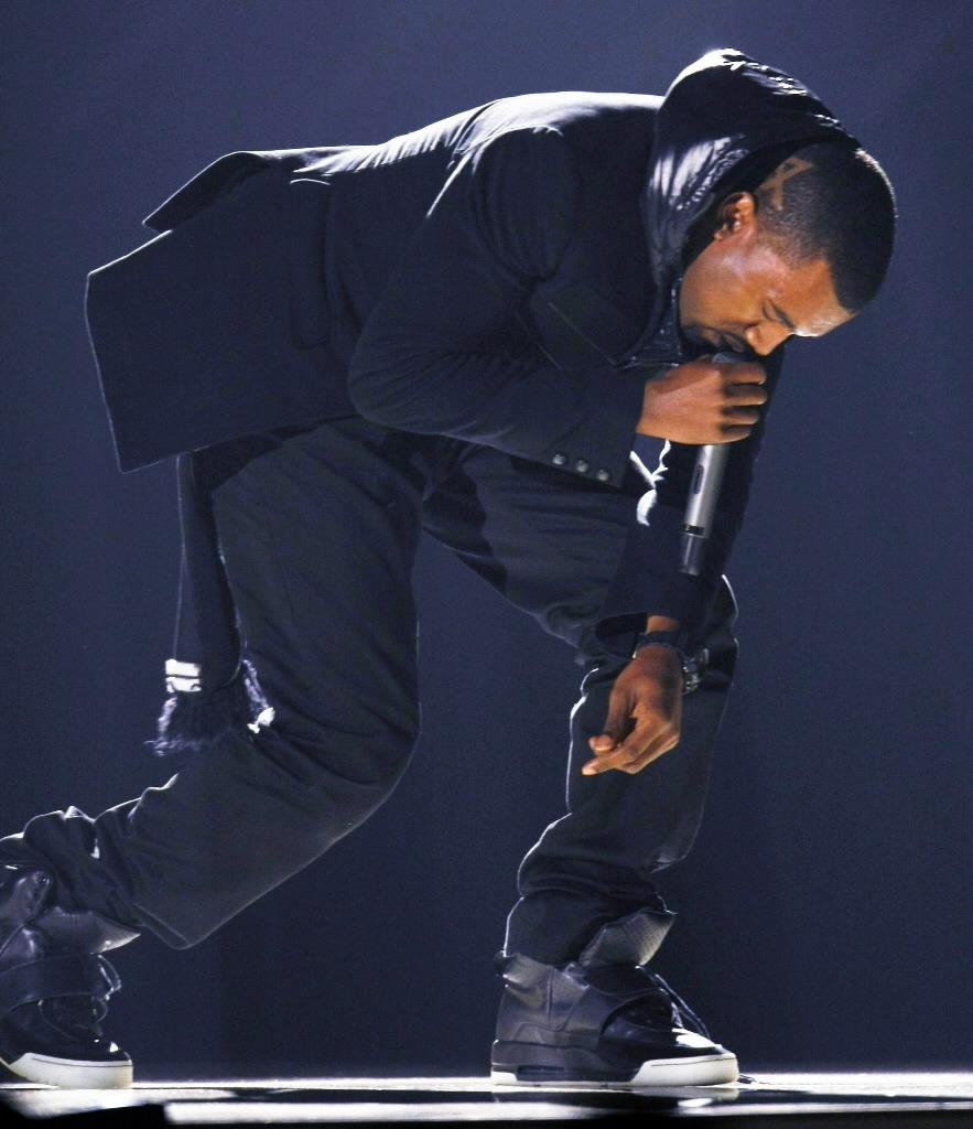 Kanye West en los Grammy 2008 con sus primeros Air Yeezy. Fotografía: Sole Collector