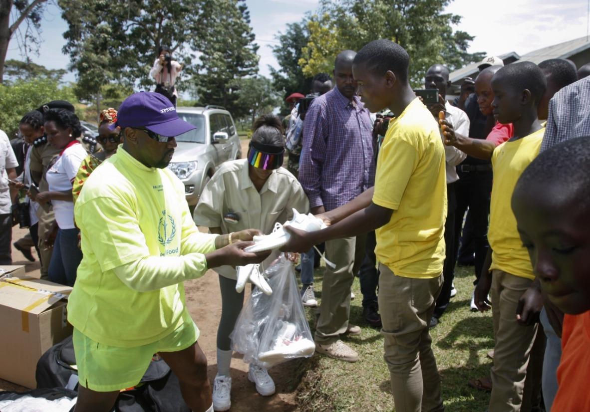 Kanye West en Uganda. Fotografía: LADBible