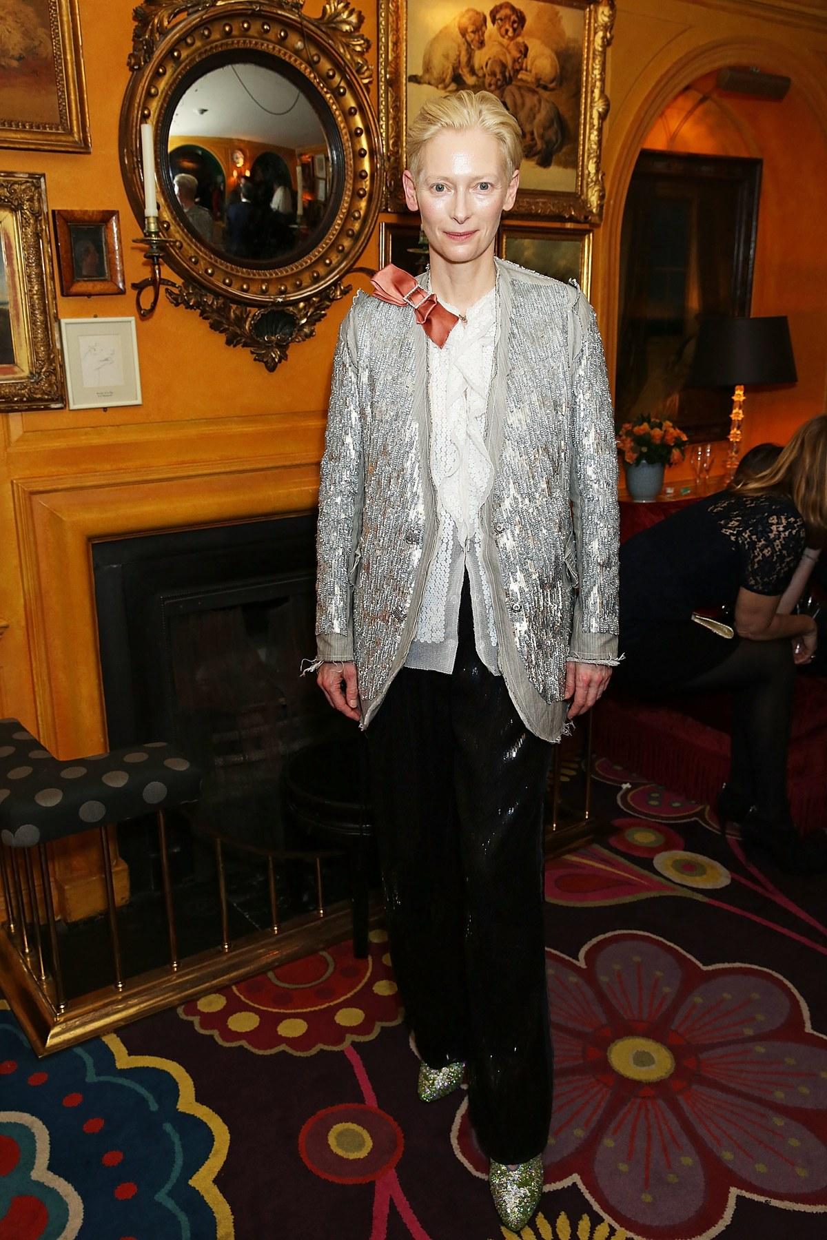 10 looks de Tilda Swinton que la convierten en la rebelde andrógina del mundo de la moda