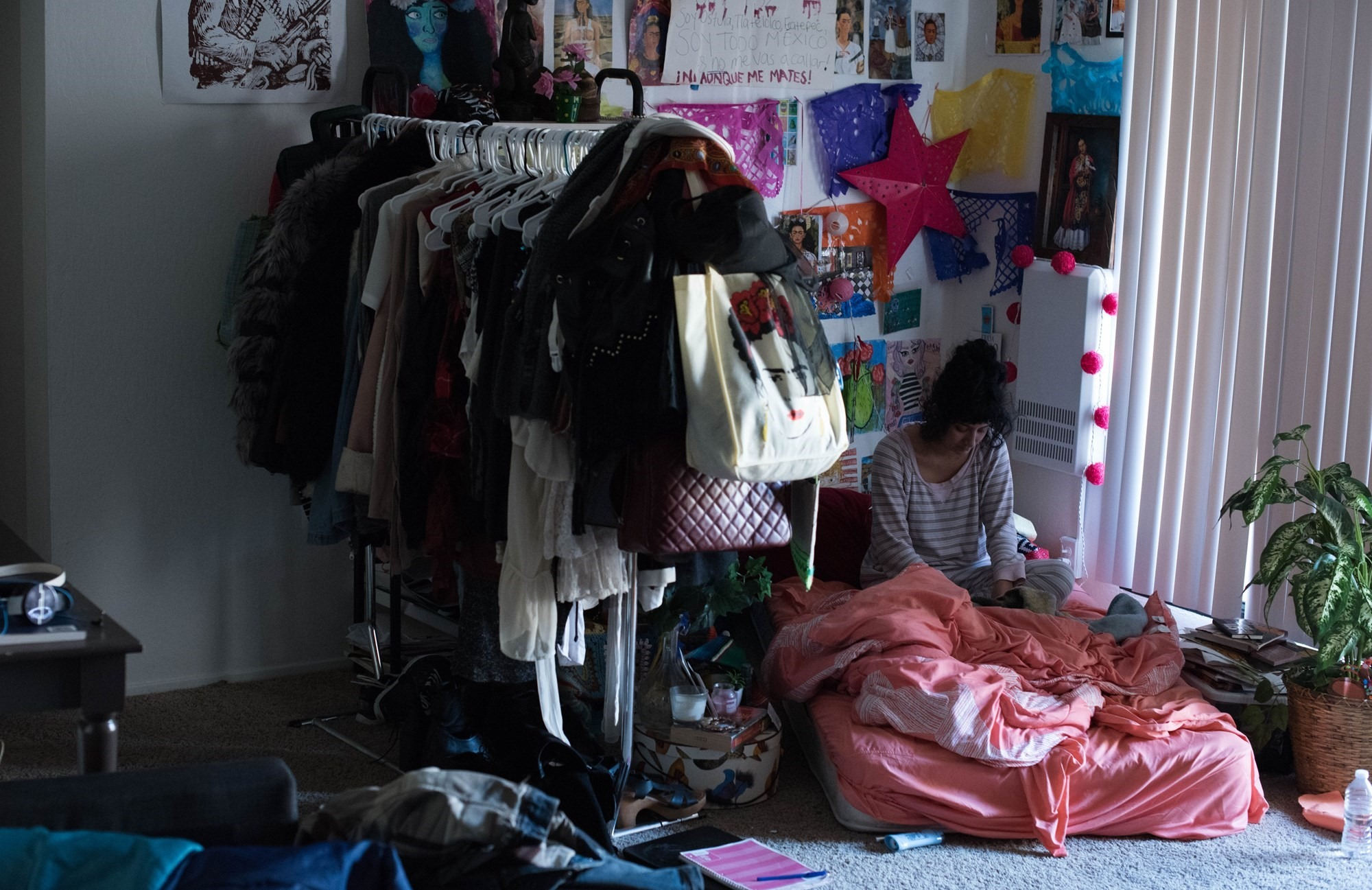 Jóvenes que viven en inmuebles pequeños y ganan poco dinero podrían sufrir de problemas mentales y físicos