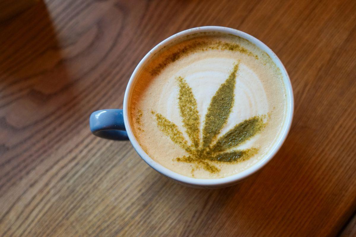 ¿Deberías cambiar tu café matutino por café con CBD?