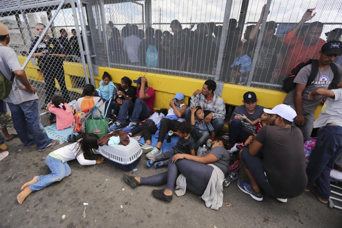 Migrantes tomaron un puente en México para exigir asilo político en los EE.UU.