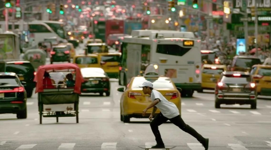 Mira al skater brasileño Felipe Gustavo hacer acrobacias alucinantes sobre la patineta en Nueva York