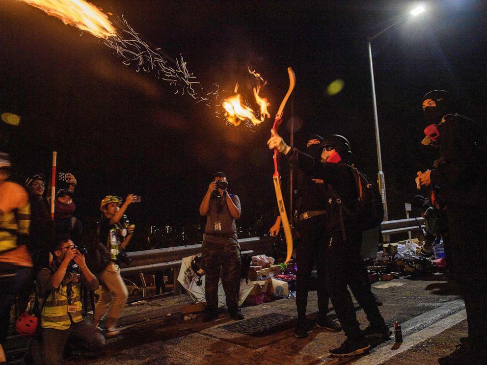 Hong Kong: Manifestantes usan arcos, flechas y fuego en enfrentamientos contra la policía