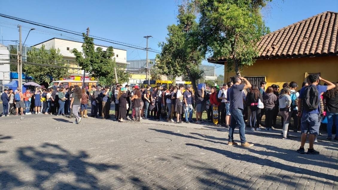 """Chile: Miles de jóvenes hacen largas filas para """"sacarse"""" el servicio militar"""