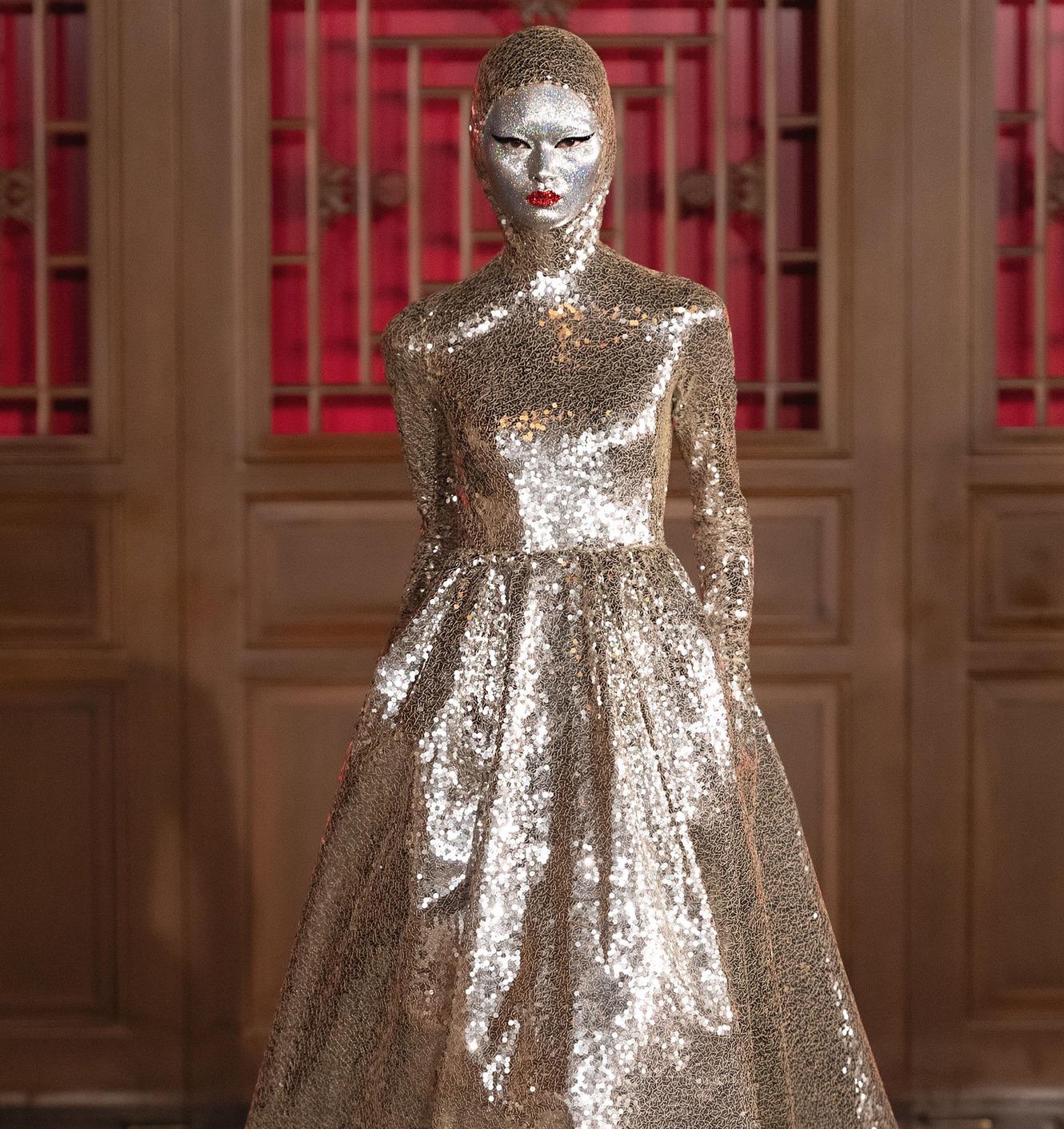 La pasarela de Valentino Couture se viste de glitter avant-garde con Pat McGrath