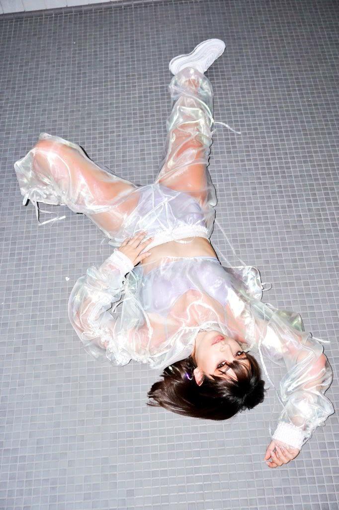 10 looks de Charli XCX que la convierten en una trendsetter camaleónica