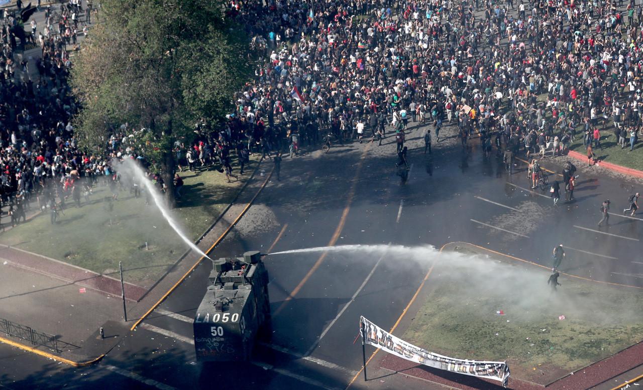 Chile: Análisis químico revela que se usó soda cáustica y gas pimienta contra manifestantes en vehículos lanzagua
