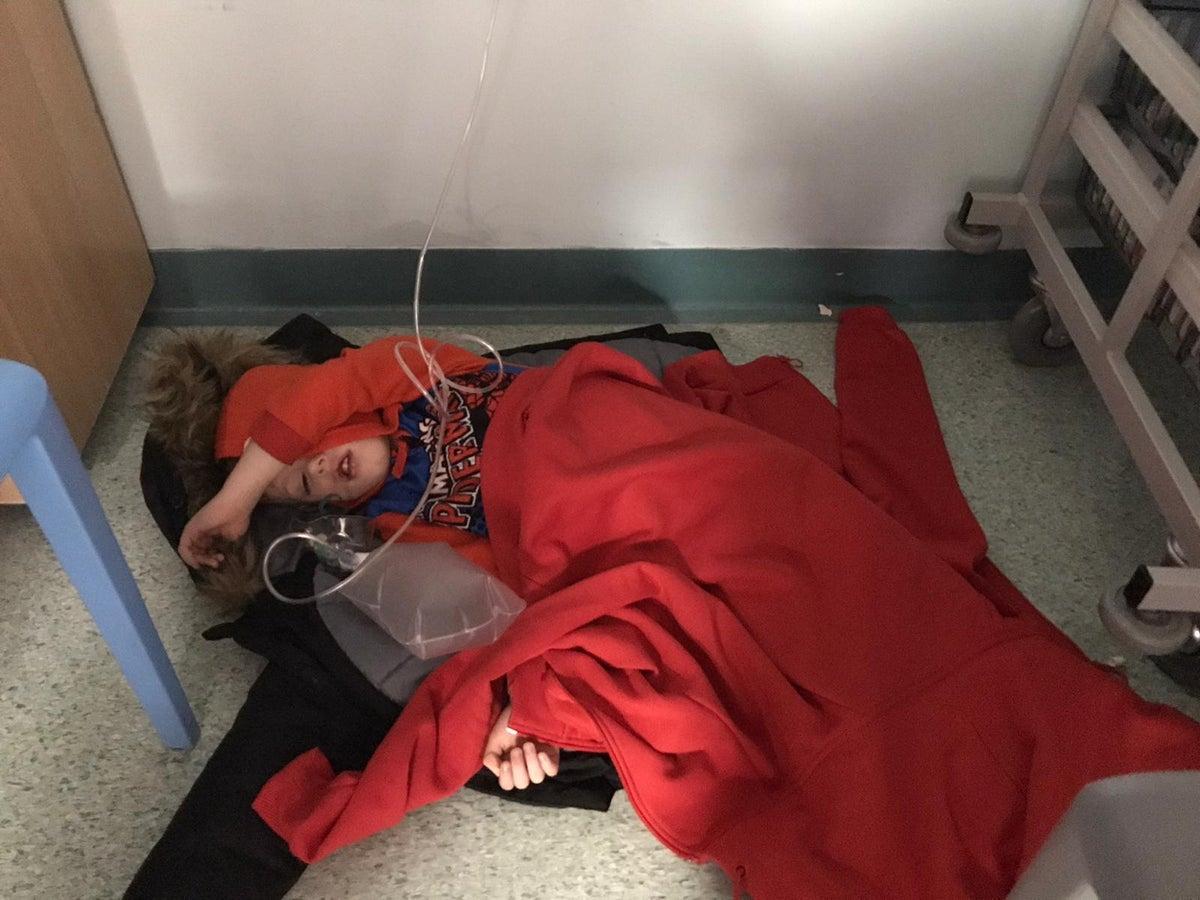 Jack, el niño que terminó durmiendo en el piso por falta de cama en un hospital británico, fue parte de la discusión de la campaña. Fotografía: Yorkshire Evening Post