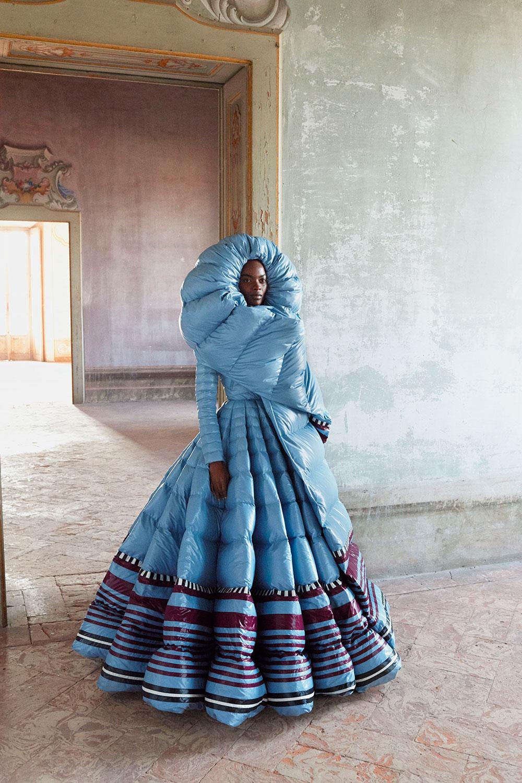 Pierpaolo Piccioli combina haute couture y arte africano para su drop de la colección Moncler Genius